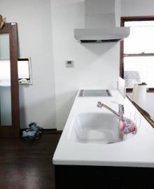 <p>家の中を車椅子で移動したいというお客様の希望から、<br />洗面所の床・廊下から洗面・お風呂までが<br />一直線になるよう間取りを変更しました。</p> <p>車いすでそのままお風呂に行くことが出来ます。</p>