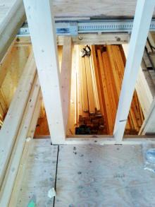 <p>一階が暗かったのですが、<br /> 二階から一階が見下ろせて、光も入る造りになりました。</p>