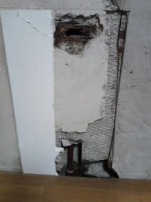 <p><strong>キッチン裏の壁の中で水漏れしていました。<br /></strong><strong>滲みでる漏水なのでメーターではわかりません。<br /></strong><strong>経験と勘です。</strong></p>