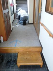 <p>玄関廊下のカーペット張替えのご依頼です。<br />まずは今あるカーペットをめくります。</p>
