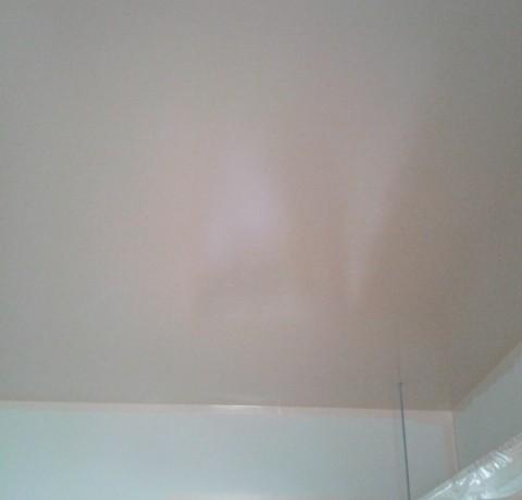 <p>こちらは天井の塗装後の様子です。</p> <p>職人さんの手により美しく仕上がっています。</p>