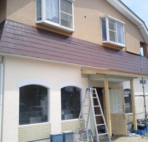 <p>塗装と屋根の施工完了で外観がガラリと変わりました。</p> <p></p> <p></p>