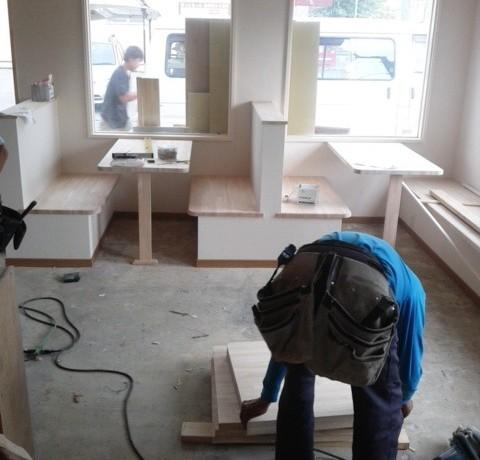<p>内装の施工も着々と進んでいます。</p> <p>大工さんが制作した、テーブルと作りつけの椅子はとても頑丈でおしゃれです。</p>