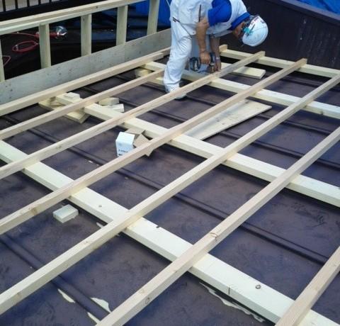 <p>屋根の形状を変え、大きな箱樋を設けます。</p> <p>その際に大きなベランダの台なども、きちんと移動しての施工です。</p>