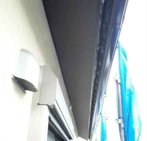 <p>腐食していた軒に、ケイカル板を貼り、その上からさらに塗装して、完了です。</p>