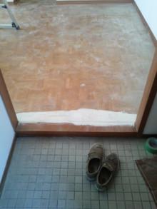 <p>框と床の少しの段差も直します。</p>