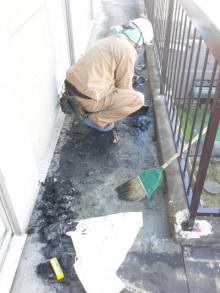 <p>防水工事です。事前準備として、まずはめくります。</p>