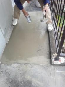 <p>5種類ほどの塗料を混ぜあわせ、左官の親方が作業をしています。<br />下地も専門職でレベルの高い人材が入ります。</p> <p>不陸や水の逃げも問題なく、防水の下地が完成です。</p>