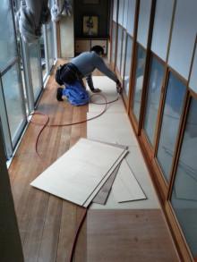 <p>入口ドアを基準に、段差のないバリアフリーの床にします。<br />下地材の厚みも細かく計算し、作業していきます。</p> <p>簡単そうで難しい作業です。</p> <p>お寺の改装も出来る大工が作業してくれています。</p>