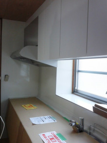 <p>キッチンを新しいものに取り替えました。白色の鏡面仕上げです。<br />壁の不陸もばっちり修繕しています。</p>
