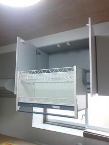 <p>高い戸棚も軽々収納できます。<br />もちろんメーカー施工ですので、品質が良いです。</p>