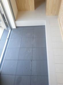 <p>玄関の土間にタイルを貼りました。<br />床には養生として一流のエコフルガードを貼るため、傷がつく心配はありません。<br />裏はスポンジ状の養生材です。</p>