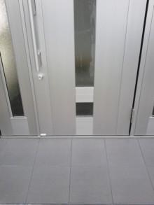 <p>新しくなったドアです。袖付なので間口が広く取れます。</p>