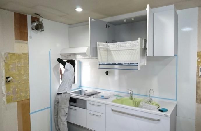 <p>キッチンをすべて撤去し、新しいキッチンが入りました。上の棚は、昇降式になっており物の出し入れが便利です。</p>