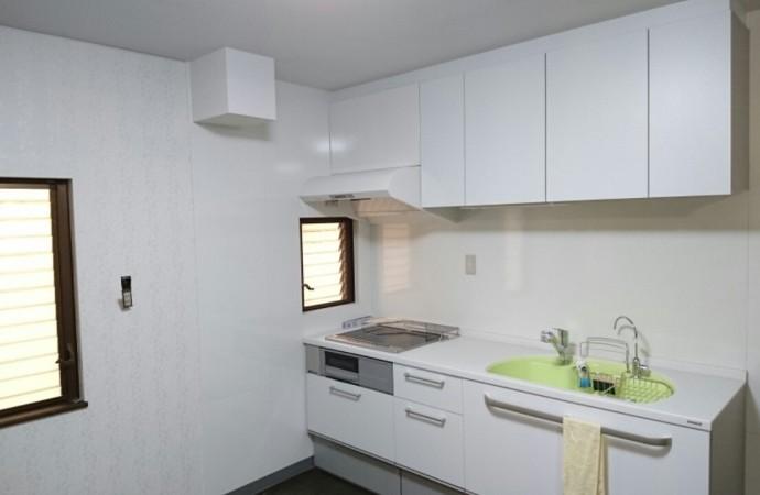 <p>キッチン全体のクロスも貼り換え完成です。シンクは浄水器付きでの淡い緑色でとてもかわいらしいキッチンになりました。</p>