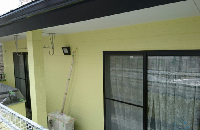 <p>2回部分の塗装が完了です。1回は本物のレンガを使って施していきますので、ご期待ください。</p>