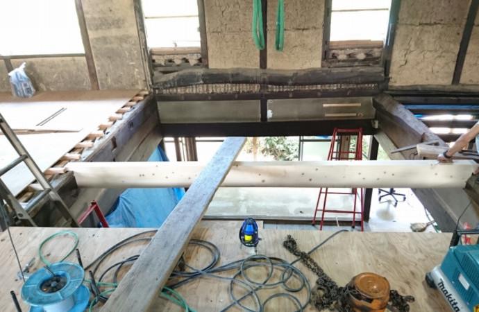 <p>2階部の床を作っていきます。太く頑丈な木材を渡すことで、強度を増していきます。</p>
