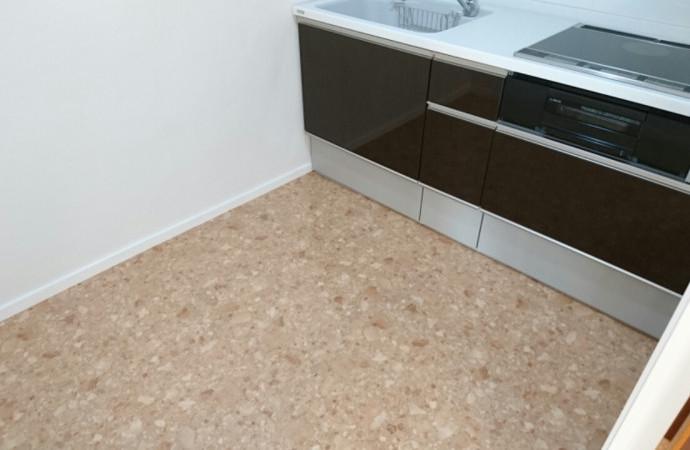<p>職人の技が光る床は、隅から隅まで凹凸なく丁寧な仕上がりです。</p>