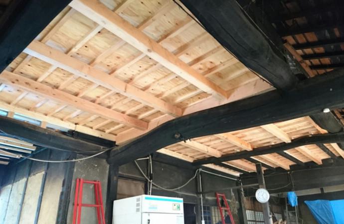<p>今の材木を活かしたデザインで、2階の床が完成しました。</p>