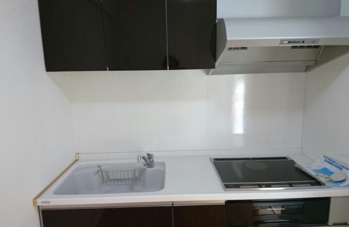 <p>マンションを購入された方からのご依頼で、室内を全面リフォームしました。今回はお客様の使いやすさを考え、他のお部屋はガスですが、こちらはIHキッチンを設置しました。</p>
