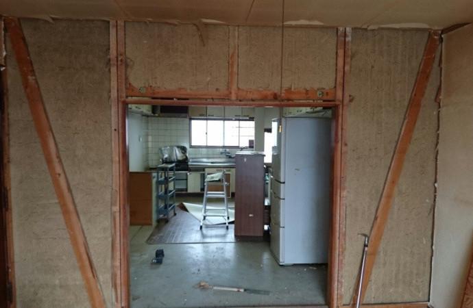 <p>こちらは施工前のキッチンです。全体的に暗い印象でした。</p>