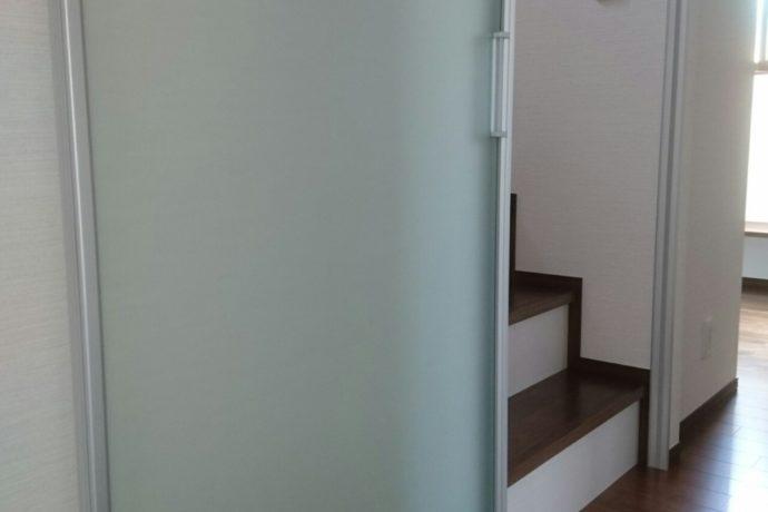 <p><strong>岐阜県羽島市のリフォーム完成見学会</strong></p> <p><strong>階段入口に引戸を設けて二階に暖房熱が逃げない</strong></p> <p><strong>工夫をしています</strong></p>
