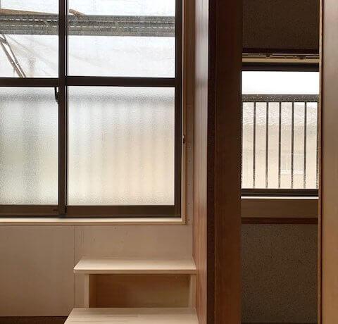 <p>小さい窓を大きく改造してベランダへ出れます</p>